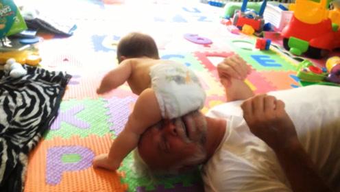 爷爷在家带孙子,不料宝宝的动作让爸妈笑喷,萌炸了