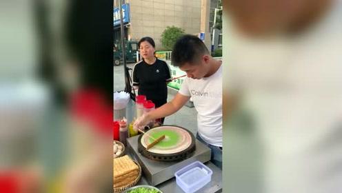 清华毕业后表哥摆摊卖煎饼,就因为这个原谅色月入百万
