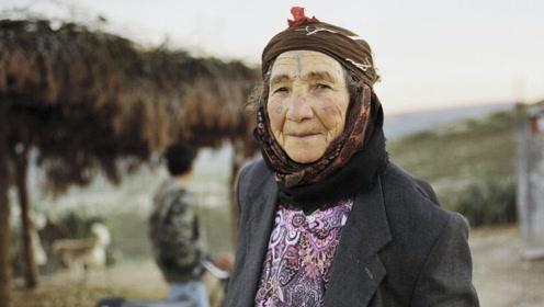 北非最传统的纹身文化:女性从老到少都要纹身,用纹身代替化妆!