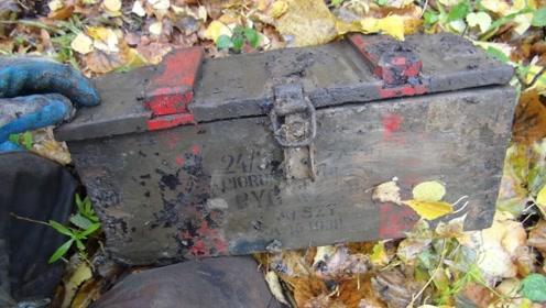 老外在地下挖出一个铁箱,好奇打开一看,顿时脸色煞白!
