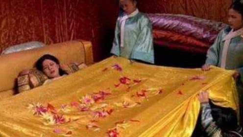 甄嬛传:皇后到死都不知,甄嬛第二次生产时,为啥被子上铺满菊花