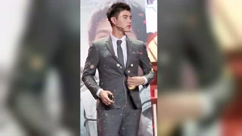 电影《我和我的祖国 》陈飞宇,解扣子都这么帅的吗?