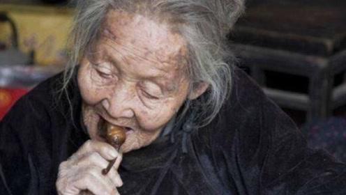 老人天天吃咸菜,死后家中的现金6人清点3小时,足足有97万