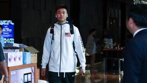 男篮赵睿穿美国国旗外套惹争议,其本人反而讽刺球迷!