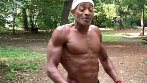 50岁黑人大爷做徒手健身,太励志了!