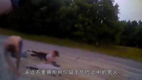 """情侣草地""""你侬我侬"""" 突遇响尾蛇 """"渣男""""抛下女友撒腿就跑!"""