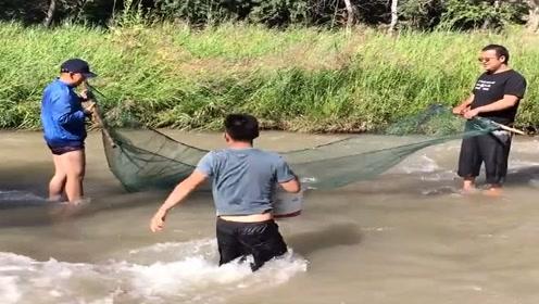 农村小伙一起在大河里捕鱼,没想到一网起来收获这么多,羡慕!
