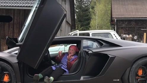 80多岁老奶奶第一次试驾兰博基尼,刚体验没多久,就不想下来了