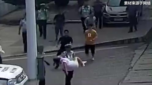 """安徽一孕妇突发晕厥倒地 交警""""公主抱""""紧急送医"""