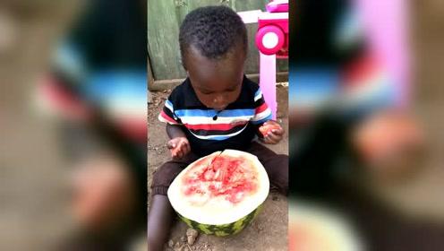 这个西瓜看起来没太熟好,小孩吃的还依然喜欢