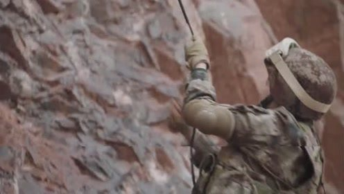 《陆战之王》黄晓萌爬悬崖作业,差点摔下来,太险了!