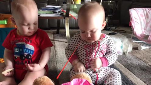 双胞胎萌宝:食物没吃到,手上都是口水,弟弟小眼神亮了!