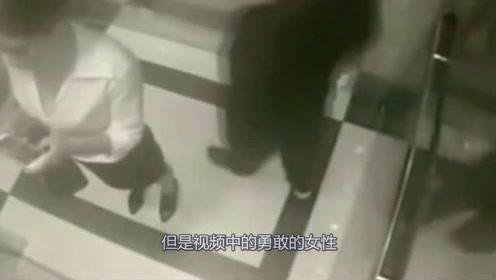 女子在电梯里玩手机,监控拍下身后男子不对劲的事情