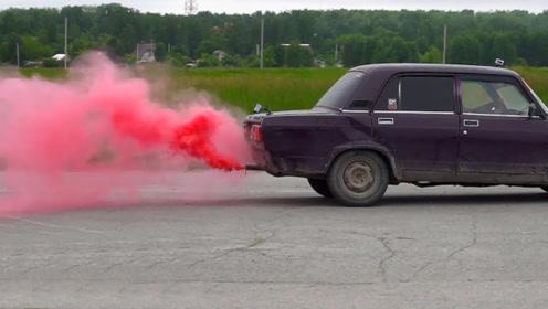 把墨水加进汽车油箱会怎样?俄罗斯大叔测试,飞机拉烟也是这样?