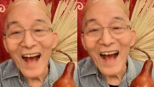 86岁游本昌再扮济公,庆生耍宝超乐观,曾被传遭弃养也笑呵呵