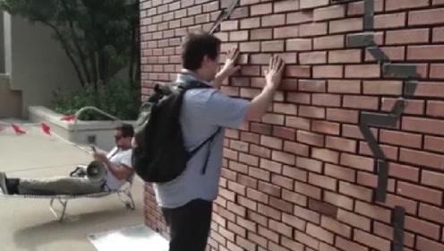 世界上真的有穿墙术吗?国外大叔街头测试,结果打脸了!