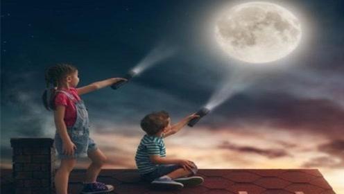 如果拿着手电筒对着天空照,光线能不能到达月球?看完涨知识了