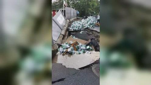 突发!广州一路面发生地陷 一侧翻货车现已被拖离现场