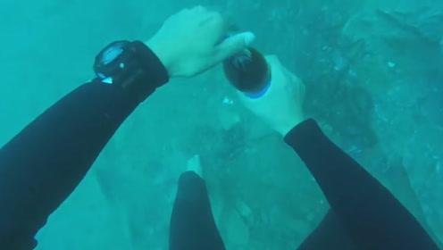 12米水下,老外打开一瓶可乐,结果令人大开眼界!