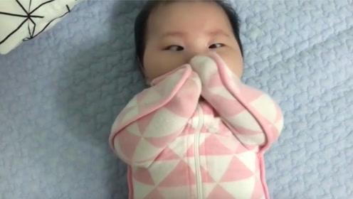 小宝宝被包住吃不到手,接下来宝宝的表情笑翻了!
