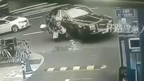 网曝成都外卖哥撞上劳斯莱斯,保险人士:车损初步估计可能百万