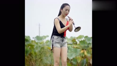 小姐姐吹奏的《荷塘月色》,经典的流行歌曲,把网友都听!
