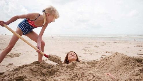 为何去海滩游玩,千万不要把身体埋进沙子里?看完后背一凉