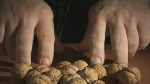 丹尼斯吃核桃与普通人吃核桃的区别,真不愧是腕力大神