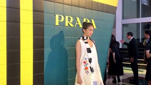 PRADA 米兰秀场,品一品关晓彤看秀的娃娃裙造型