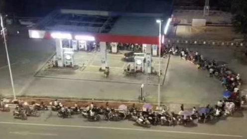 广东韶关加油站禁止给无牌无证车辆加油,摩托车连夜排长队