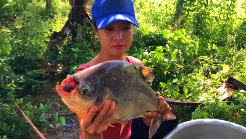 农村妹子河边钓鱼,钓了一条大鱼类似有牙齿,到底是啥东东?