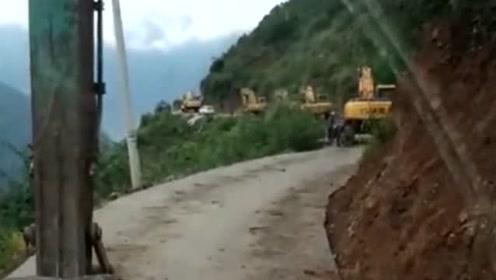 二十台挖机,这样的路已经走了两天了!今晚应该能到工地现场