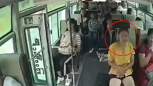 客车行驶中后门未及时关闭,黄衣女子直接跳车,网友:咋想的?