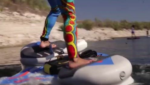 """这块怪异的板子,能让你在水上""""行走"""",还能倒退拐弯转圈"""