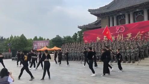 军训一结束大一新生集体献艺,会跳舞的人越来越多了