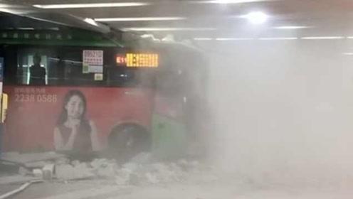 公交车冲进深圳北站,撞碎墙壁
