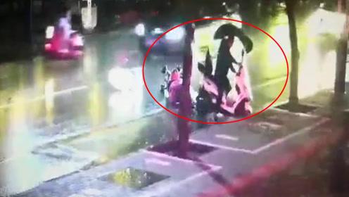 电动车逆行撞翻婴儿车后逃逸 警方发布网上追逃令