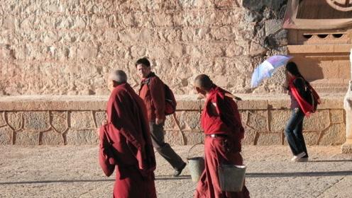这上千名僧人生活在悬崖峭壁上, 有的一辈子也没有下过山