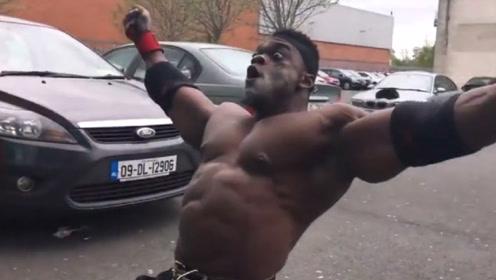 肌肉男吃完氮泵准备狠狠操练,健身房却没开门,当场情绪崩溃