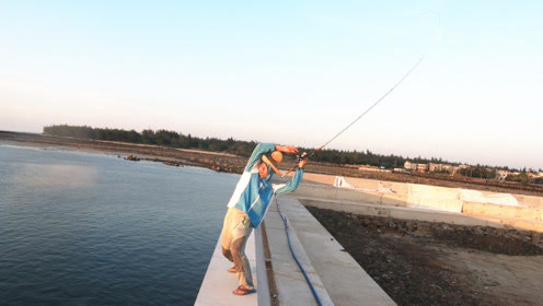 阿锋遛鱼动作太骚,太辣眼睛,渔夫看不下去直接上脚踢!