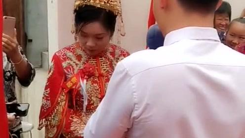 婚礼上新郎官向新娘子深情告白,小两口双双落泪,感动全场!