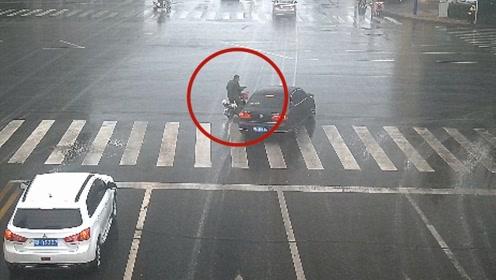 求生欲爆发!电动车闯红灯险撞抢黄灯轿车 驾驶员急刹极限避险