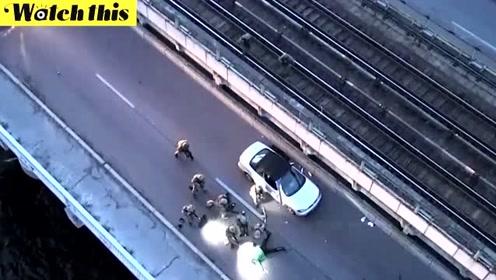 """乌克兰男子扬言要炸桥 见到装甲车""""秒怂""""伏地投降"""