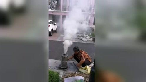 小区老太太烧煤球炉,该怎么治她?
