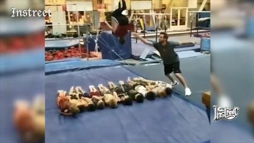 当你练习空翻时,有人从旁边推你一把是什么效果?