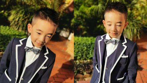 变身小绅士!Jasper穿白边黑西装戴领结超可爱