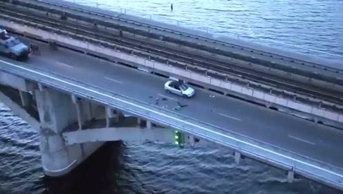 男子开枪对天狂射扬言炸掉整座桥 他见装甲车后秒怂立马投降