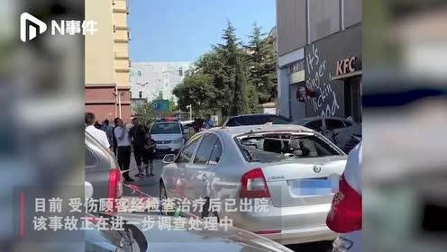 青岛一司机将停车场外墙撞出大窟窿!造成3人受伤,4辆车被砸损