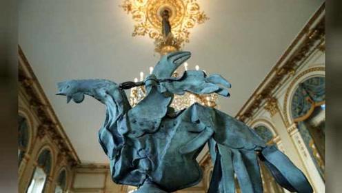 巴黎圣母院大火幸存铜公鸡公开展出