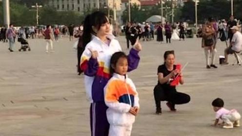 李小璐带甜馨游天安门 俩人穿亲子运动服超有爱